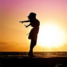 צללית של אישה שמפנה את ראשה לשמיים ואת ידיה לצדדים