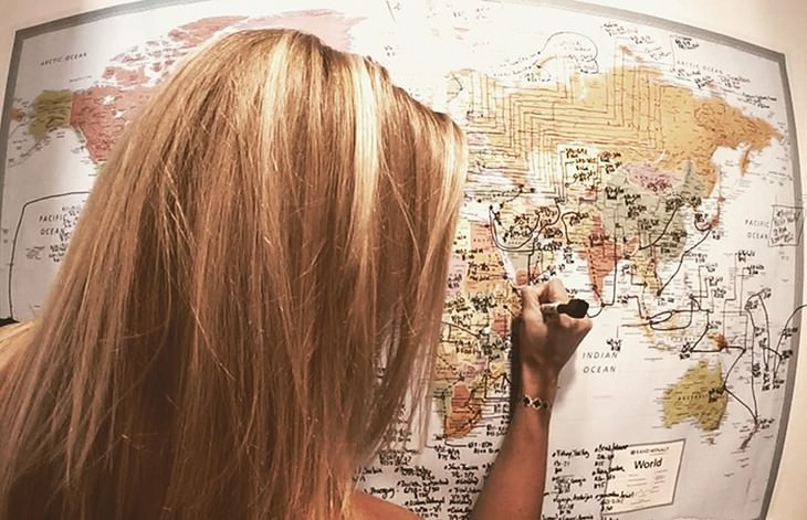 קסנדרה דה פיקול כותבת על מפה