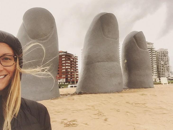 קסנדרה דה פיקול עומדת מול פסלי אצבעות
