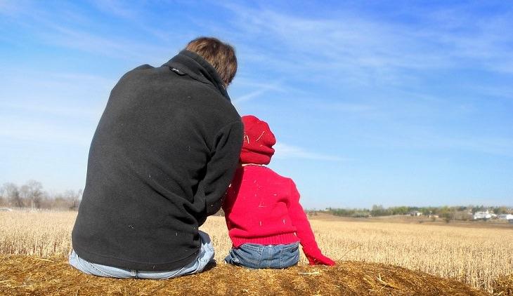 אב יושב ליד בנו