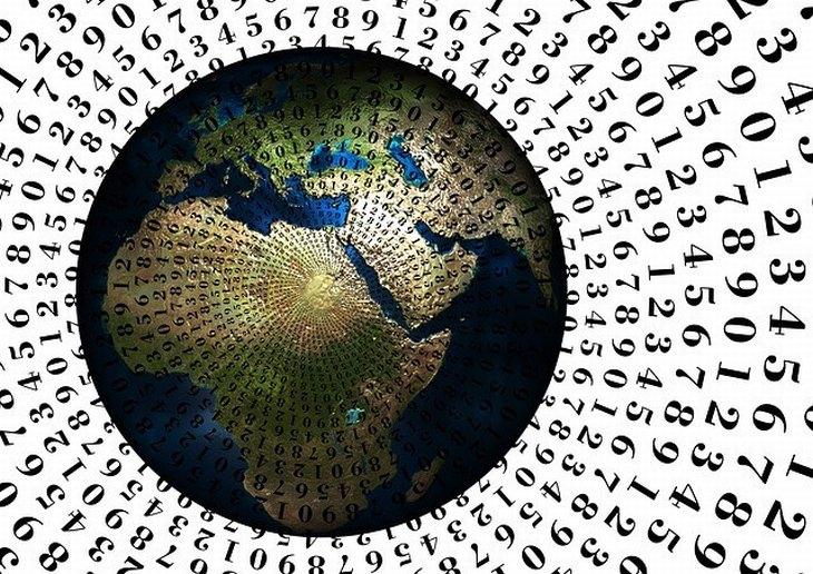 כדור הארץ ומספרים חגים סביבו