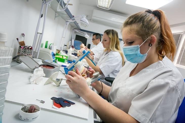 עובדים במעבדת שיניים