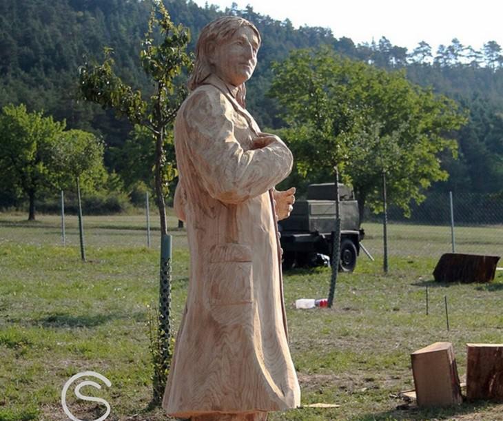 פסל של אדם מעץ