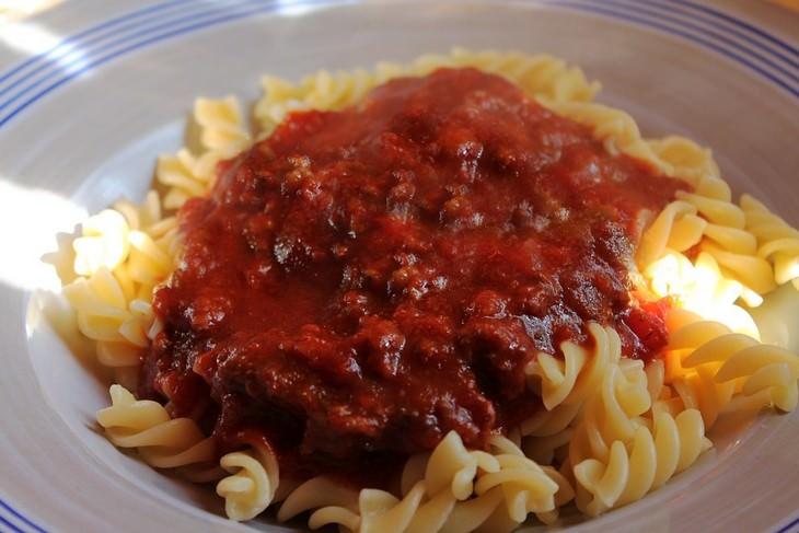 כתמי אוכל נפוצים והדרכים להסירם מבגדים: פסטה עם רוטב עגבניות