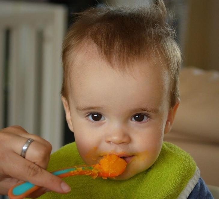 כתמי אוכל נפוצים והדרכים להסירם מבגדים: תינוק אוכל מזון תינוקות