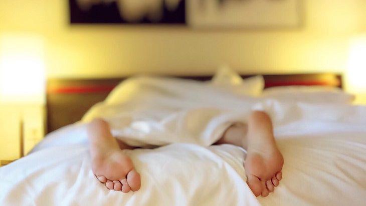 אדם שוכב במיטה