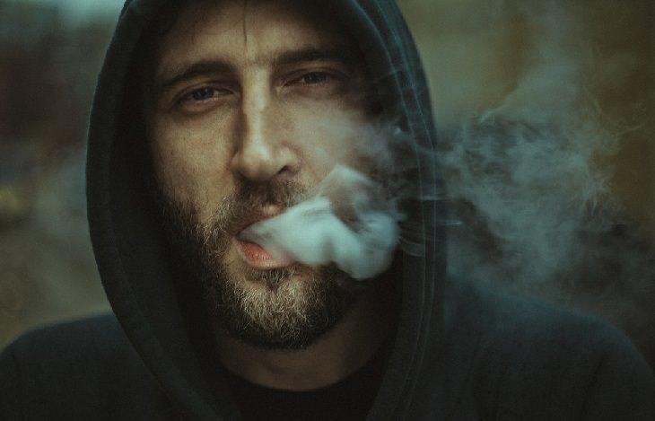 שימושים ויתרונות של קרם טרטר: גבר מעשן