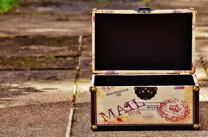 מכתביו הנפלאים של אבא: קופסה ישנה עם כיתוב של דואר