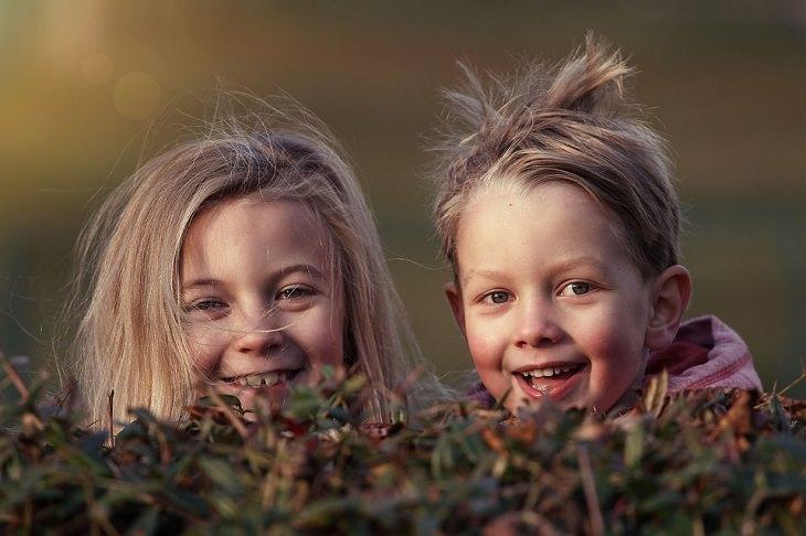 ילד וילדה מחייכים למצלמה