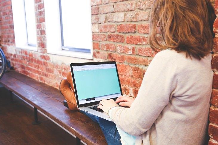 אשה עובדת על מחשב