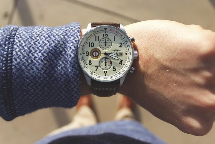 שעון יד על גבר