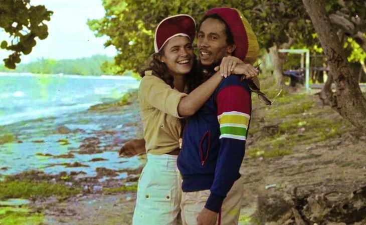 הזמר בוב מארלי מבלה על החוף עם מיס עולם 1976 סינדי ברקספיר