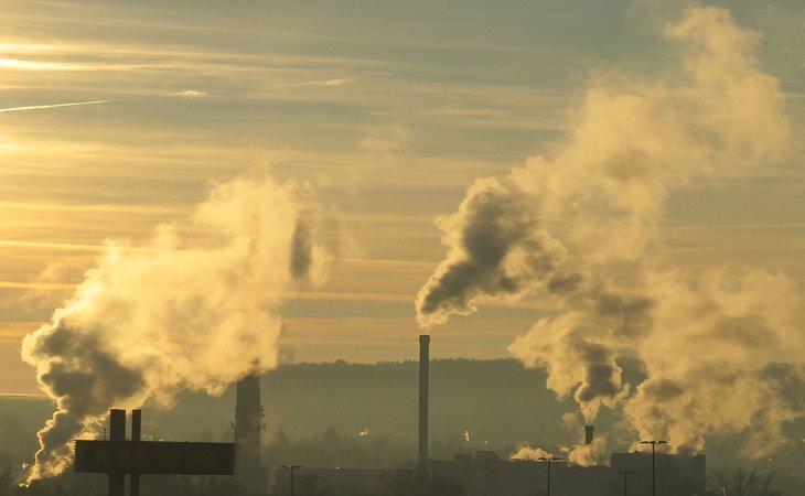 עשן עולה מארובות של מפעלים