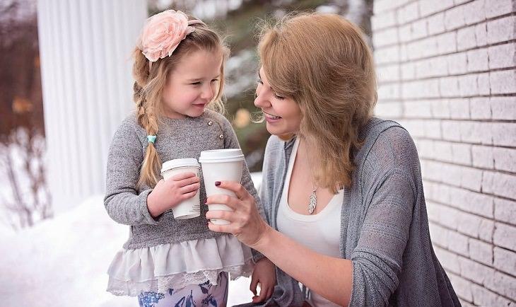 """אמא עושה """"לחיים"""" עם הבת שלה"""