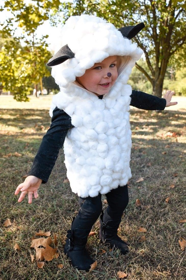 ילד מחופש לכבשה