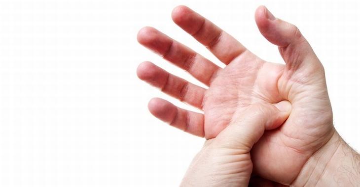 אדם לוחץ עם האגודל על מרכז כף ידו