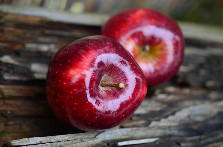 שימושים יעילים בתפוחי עץ ובחומץ תפוחי עץ: שני תפוחי עץ אדומים