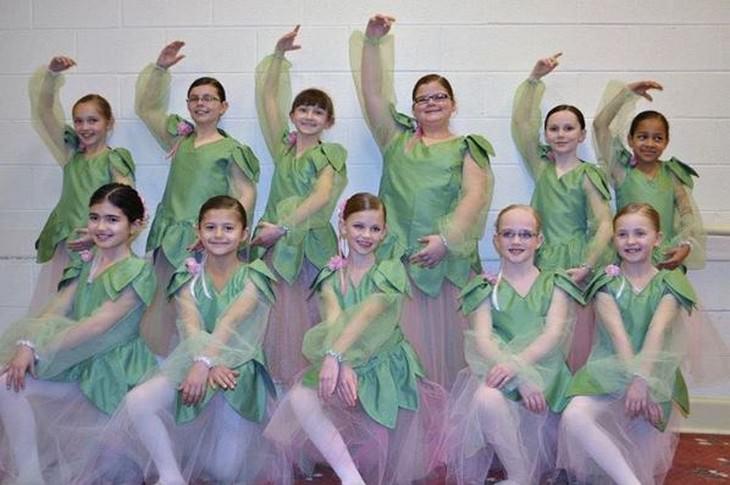 ליזי האוול ולהקת ריקוד בתלבושות