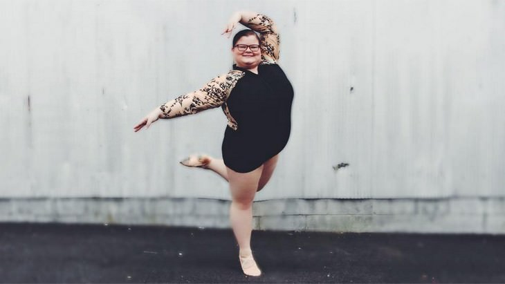 ליזי האוול בתנוחת ריקוד