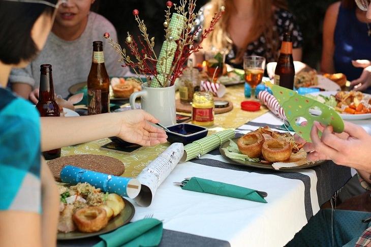 שולחן עם מאכלים ושתייה