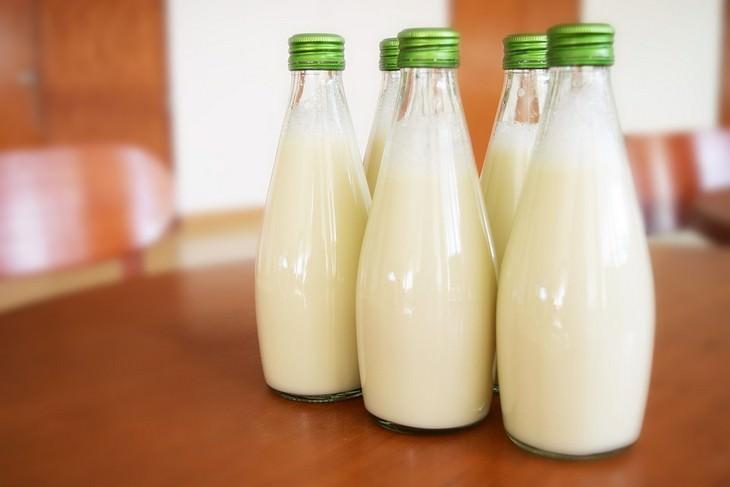 בקבוקי זכוכית עם חלב