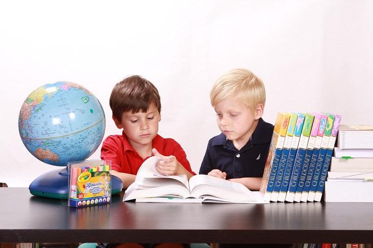 ילדים קוראים בספר