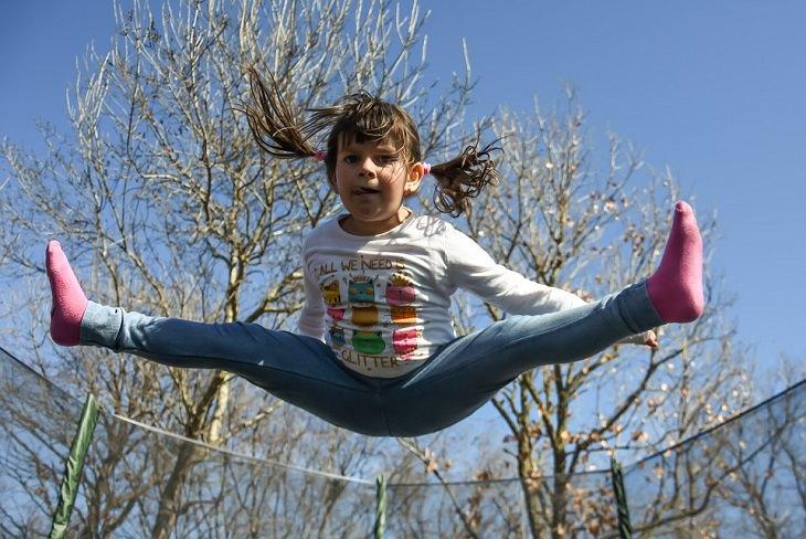 ילדה קופצת על טרמפולינה