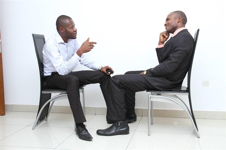 שני גברים יושבים זה מול זה