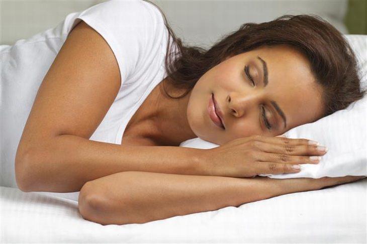 אישה ישנה בנוחות על צד שמאל