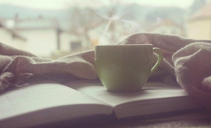 כוס קפה, שמיכה וספר