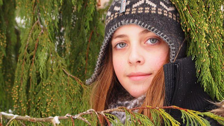 ילדה עם כובע מחייכת למצלמה