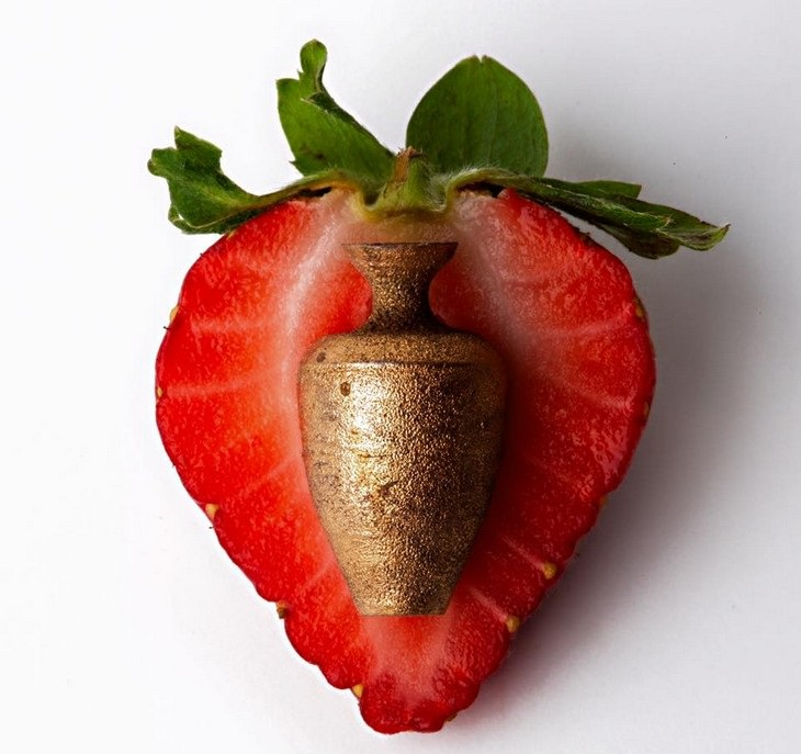 כד קטן על תות
