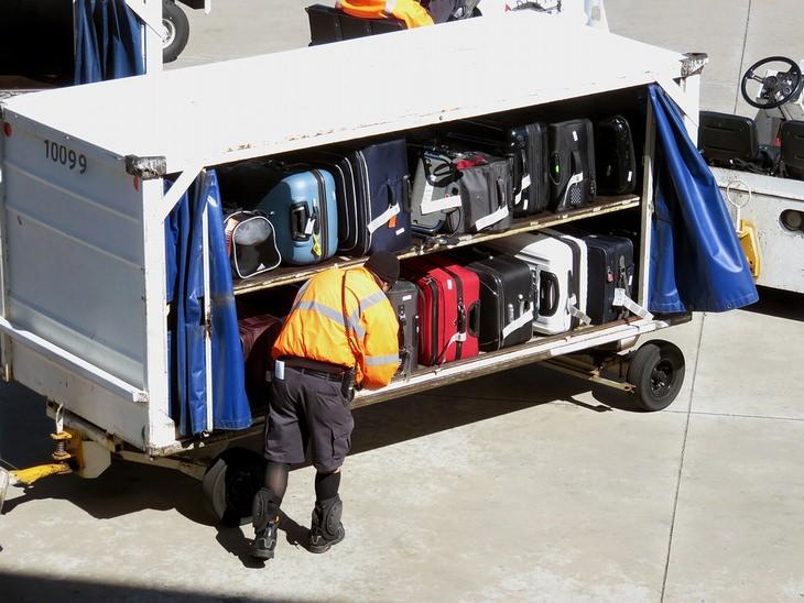 פריקת מזוודות בשדה תעופה