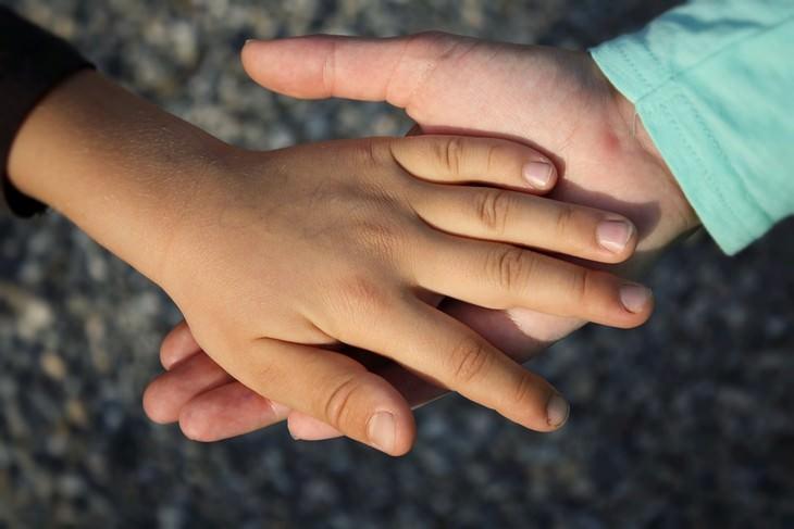 יד של גבר אוחזת ביד של ילד