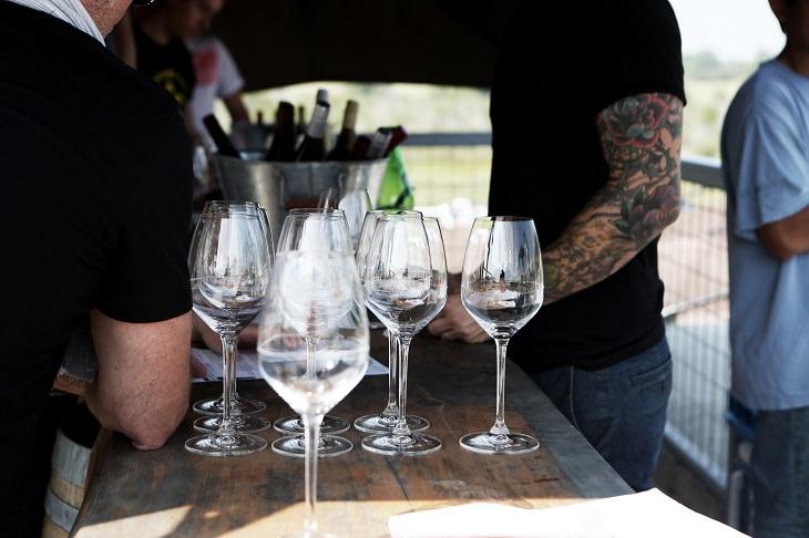 כוסות יין לבן באירוע