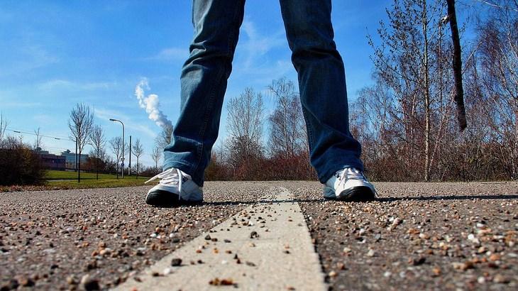 רגליים על קו הפרדה בכביש