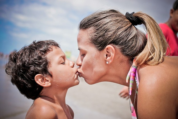 אימא מנשקת את בנה