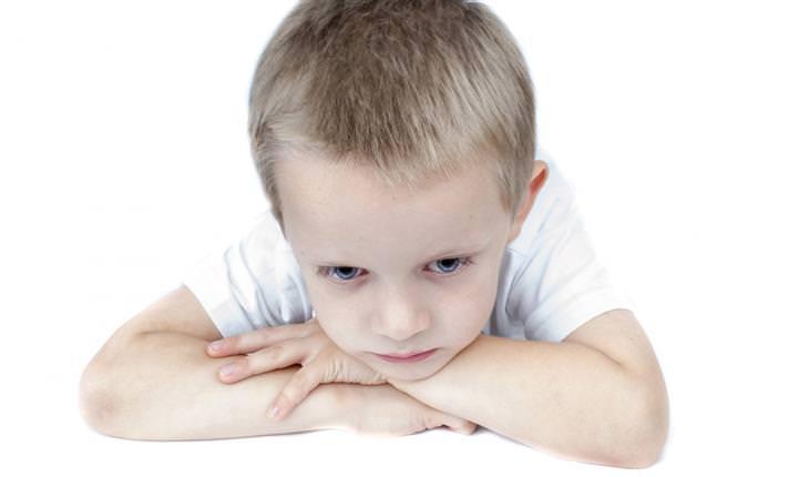 ילד עם ידיים משולבות וראש רכון מטה