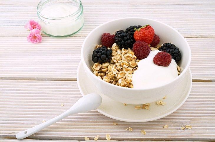 מזונות על מומלצים לילדים: מנת שיבולת שועל עם יוגורט ופירות יער