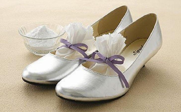 נעלי עקב עם שקיות בתוכן, ולידן אבקת סודה לשתייה בתוך קערה