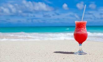 כוס משקה בחוף ים