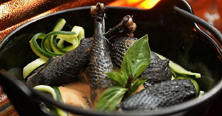 עוף מבושל מזן תרנגול שחור