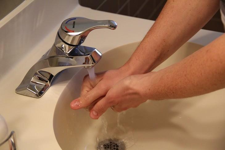 גבר רוחץ ידיים