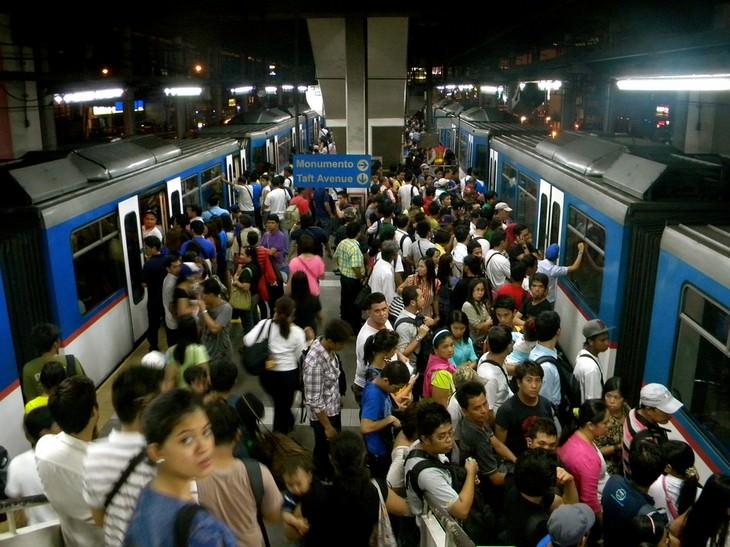 תחנת רכבת תחתית מלאה אנשים