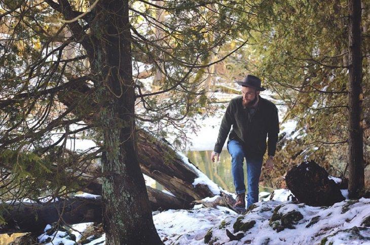 גבר הולך ביער