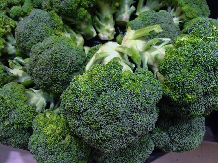 מזונות על להורדת המשקל: ערמת פרחי ברוקולי