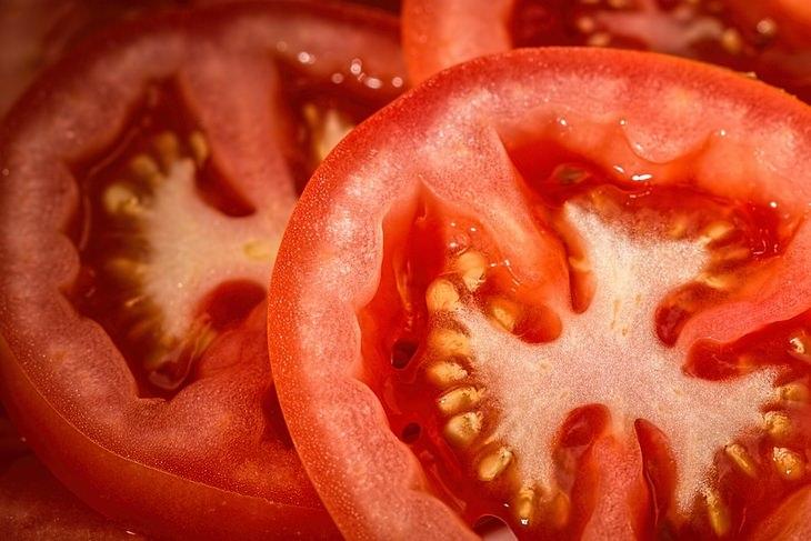 מזונות על להורדת המשקל: חצאי עגבנייה בתקריב