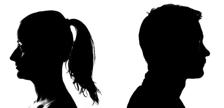 צלליות של גבר ואישה שעומדים גב אל גב