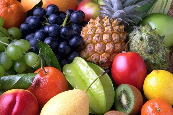 שולחן עמוס בפירות שונים