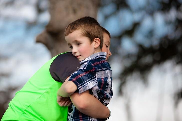 אח גדול מחבק את אחיו הקטן